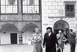Rok 1947: Prezident, premiér ajejich manželky Hana Benešová sMartou Gottwaldovou