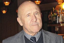 Herec a dabér Petr Nárožný slaví 80. narozeniny. Jeho filmové hlášky patří mezi perly české kinematografie