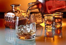 Čeští muži objevují kouzlo whisky. Pijí ji s ledem, k pivu a mají více oblíbených značek