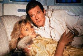 Ani ve Vyhlídce na vraždu (1985) Roger Moore si nenechal sáhnout na své hodinky od Tanyi Roberts.