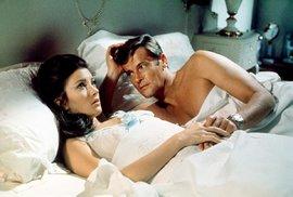 Ve filmu Žít a nechat zemřít (1973) dostala do postele Rogera Moora černovlasá Jane Seymour.