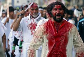 Během svátku ášúrá šíité oplakávají smrt imáma Husajna, vnuka proroka Mohameda.