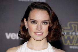 Hlavní kočka filmu, Daisy Ridleyová jako dobrodružka Rey.
