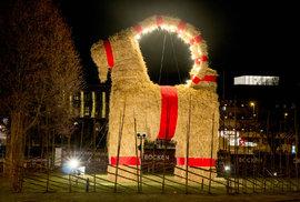 Švédská vánoční koza nepřežila. Opilec zapálil ji i sebe