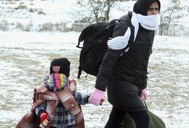 Do Evropy i během zimy proudí tisíce uprchlíků denně. Nezastaví je ani sníh