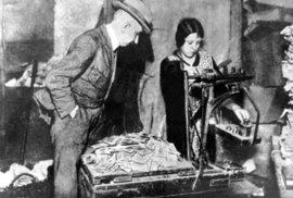 Chleba za miliardy: Fotky zachycují hrůzu i absurditu hyperinflance v Německu před Hitlerem