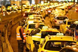 Taxikáři budou v pátek znovu protestovat. Nelíbí se jim memorandum vlády a Uberu