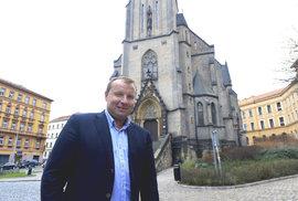 Babiš v roce 2014 označil Pocheho, kandidáta ČSSD na ministra, za kmotra. Dnes tvrdí, že ho nezná