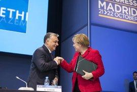 Povídá si Merkelová s Orbánem a pomlouvají Zemana. To není vtip, ale Benešovy dekrety