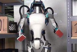 Atlas - nová verze. Poháněný elektřinou a rozpohybovaný hydraulicky. Stabilitu udržuje senzory v nohách a na těle. Díky LIDAR a stereo senzorům na hlavě se vyhýbá překážkám, vyhodnocuje terén a manipuluje s předměty.