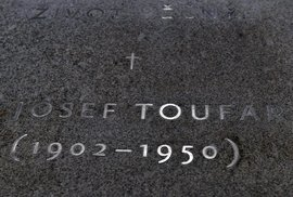 Toufarův náhrobek v kostele.