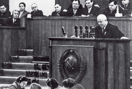 XX. sjezd KSSS: Chruščov pronáší projev, který otřese východem