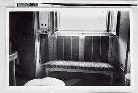 Vkoupelně panoval nepořádek, jeden zpolštářů ležel pod oknem, druhý vevaně