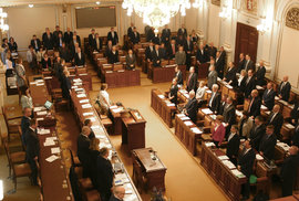 Omlouvání poslanců – šaškárna pokračuje. Z jednání Sněmovny se stále lze omluvit bez…