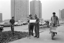 Dobová fotografie Jižního města zachycující práce na sídlišti