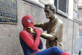Násilnické sochy v akci. Umění vs turisti 10:3