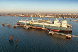 Loď Independence slouží Litvě jako plovoucí LNG terminál.