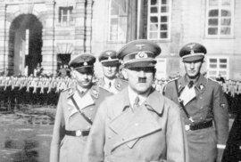 Heinrich Himmler, Karl Wolff, Adolf Hitler a Reinhard Heydrich na nádvoří Pražského hradu.