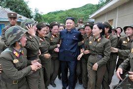 """Kim Čong-un obklopen příslušnicemi """"jednotky rozkoše"""""""