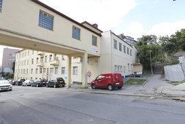 Na této ubytovně Oplíštil znásilnil a zavraždil malou Barborku.