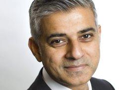 Pákistánec v čele Londýna? S integrací muslimů moc nepomůže