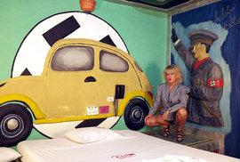 Poněkud kýčovitá výzdoba pokojů hodinového hotelu v kolumbijském Cali