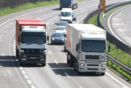 Vadí vám, když na dálnici zdlouhavě předjíždí kamion? Ministr dopravy Ťok to chce zakázat