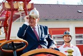 Zeman chce na uprchlíky nasadit hasiče. Brzy jistě přidá porybné, popeláře a skauty