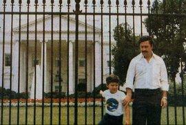 Pablo Escobar se svým synem před Bílým domem v roce 1980.