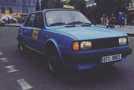 Modrá Škoda 105 L jezdí jako taxík a zákazníci se o svezení přímo perou