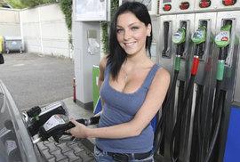 Benzín a nafta zdražují. Kolik by stály, kdybychom z nich neplatili daně? A kdyby byla ropa zadarmo?