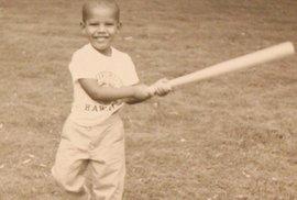 Malý Barack obama s basebalovou pálkou