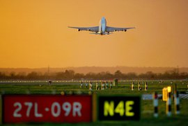 Velké Británii dochází vzdušný prostor. Nemá už kudy vést letadla, situace začíná být …
