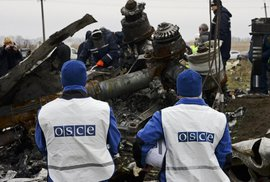 Vyšetřovatelé sbírají trosky letu MH17 na východě Ukrajiny