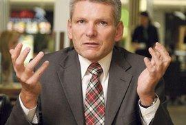Jiří Hynek. Zavedl by povinný výcvik pro mladé muže a dbal na větší vlastenectví.