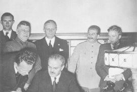 Molotov podepisuje německo-sovětskou smlouvu o neútočení.  Ribbentrop je v pozadí v černém.