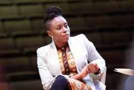 Feminismus je základem funkčních vztahů, říká femme fatale Chimamanda Ngozi Adichie