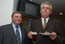Premiér Miloš Zeman a šéf jeho poradců Miroslav Šlouf (vlevo) během křtu knihy Josefa Petrů ...Miroslav Šlouf, démon je.