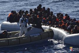 Málem se utopili, pobřežní střáž je zachránila. 1100 uprchlíků plulo z Afriky