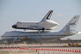 "Enterprise na ""hřbetu"" upraveného Boeingu 747"