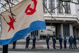 Vlajka ruského námořnictva před budovou místního parlamentu v Simferopolu na Krymu (2016)