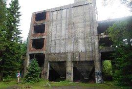 Betonový kolos ukrytý v lesích. Podívejte se na ruiny nacistické továrny v Krušných horách