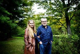 Martina a Miloš Formanovi v zahradě svého domu v americkém Connecticutu.