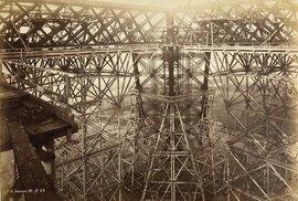 Na stavbu Eiffelovy věže bylo potřeba jen 300 dělníků.