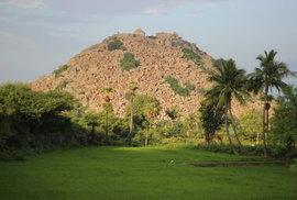 Kopec Krishnagiri, který tvoří jeden ze tří vrcholů pevnostního trojúhelníku, vypadá jak umělá navážka balvanů.