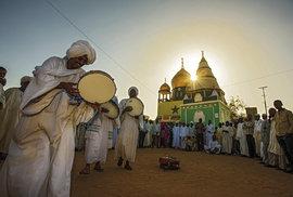 Tradiční tance súdánských dervišů v Hámíd al-Nil na západě Omdurmánu