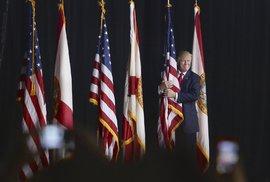 Donald Trump objímá americkou vlajku