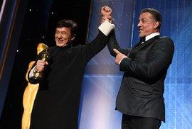 Silvestr Stallone gratuluje Jackiemu Chanovi