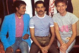Neznámé fotky ze života Freddieho Mercuryho: S Michaelem jacksonem a Johnem deaconem