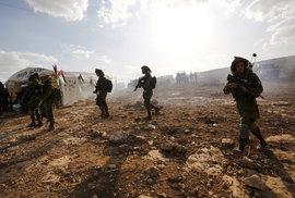 Izraelští vojáci dohlížejí na demonstraci u města Jericho.
